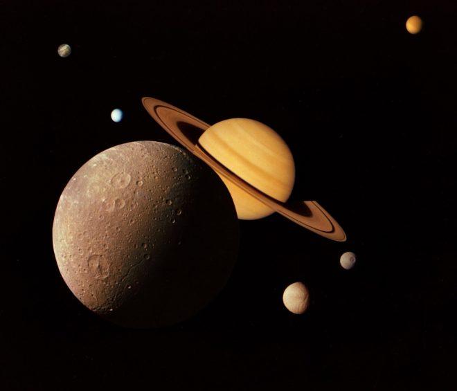 Vue d'artiste de Saturne et de quelques unes de ses lunes.
