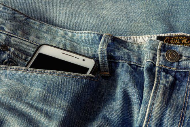 Illustration. Un smartphone dans une poche.