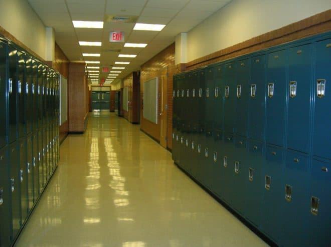 Illustration. Le couloir d'une école.