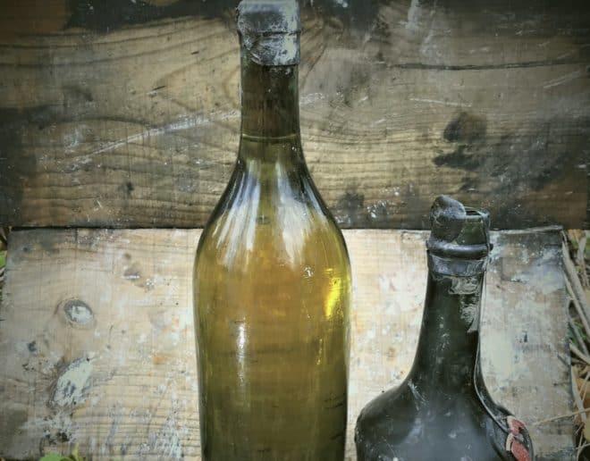 Deux des bouteilles retrouvées à bord du Kyros.