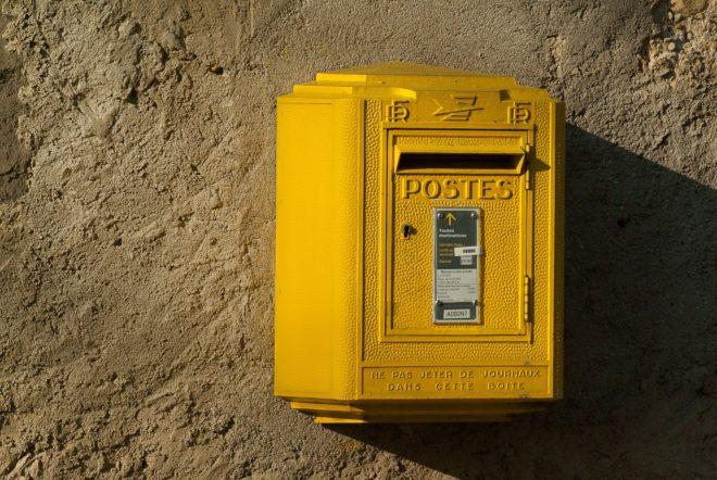 Illustration. Une boite à lettres de La Poste.