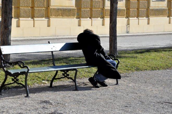 Un homme sans domicile fixe. Image d'illustration.