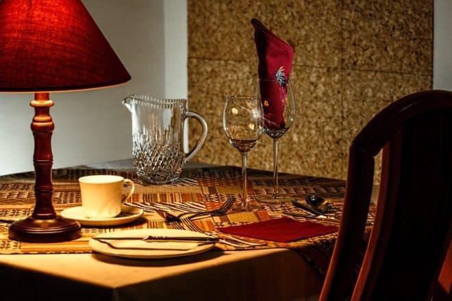Une table dans un restaurant. Image d'illustration.