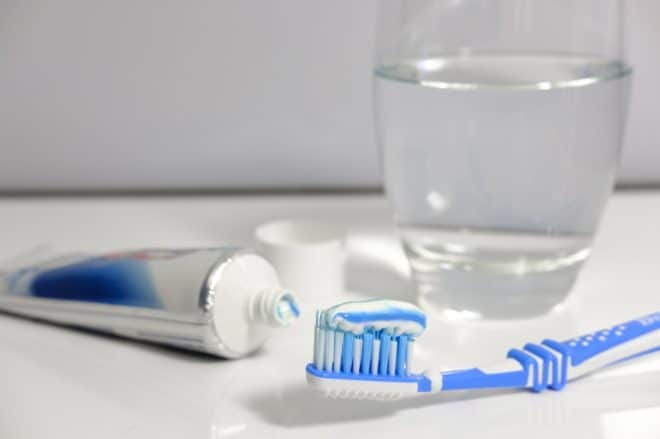 Illustration. Brosse à dent et dentifrice.