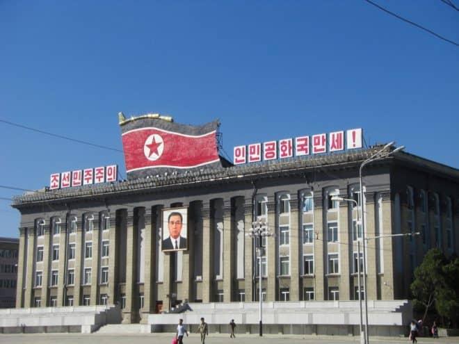 Illustration. Un bâtiment en Corée du Nord.