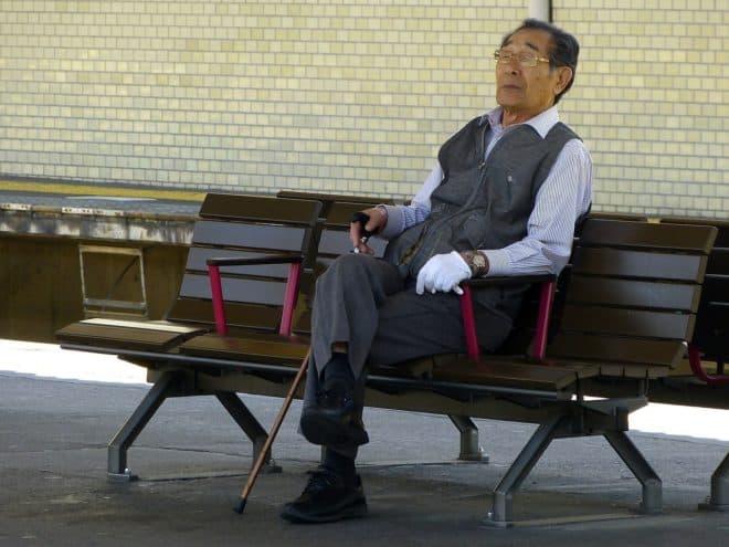 Illustration. Un vieux Japonais sur un banc.