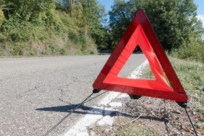 Illustration. Un triangle signalant un accident ou une panne.
