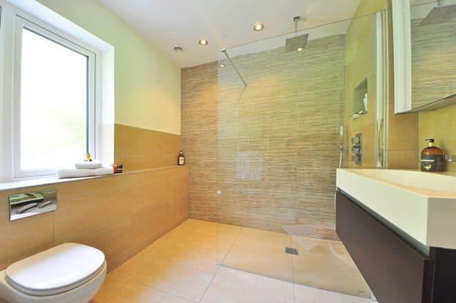 Illustration. Salle de bains, douche à l'italienne.