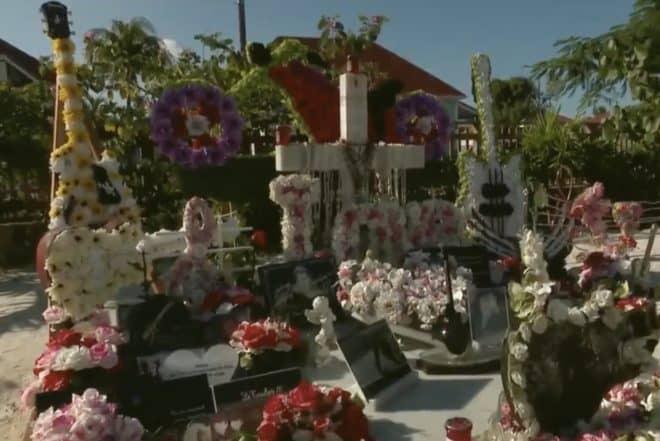 La tombe de Johnny Hallyday, dans les Antilles Françaises.