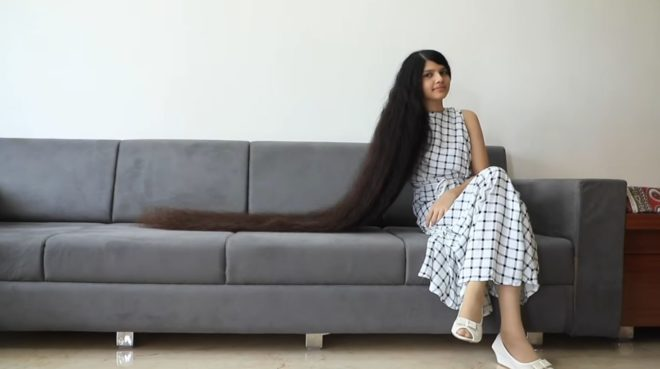 Nilanshi Patel, adolescente aux cheveux les plus longs en 2019.
