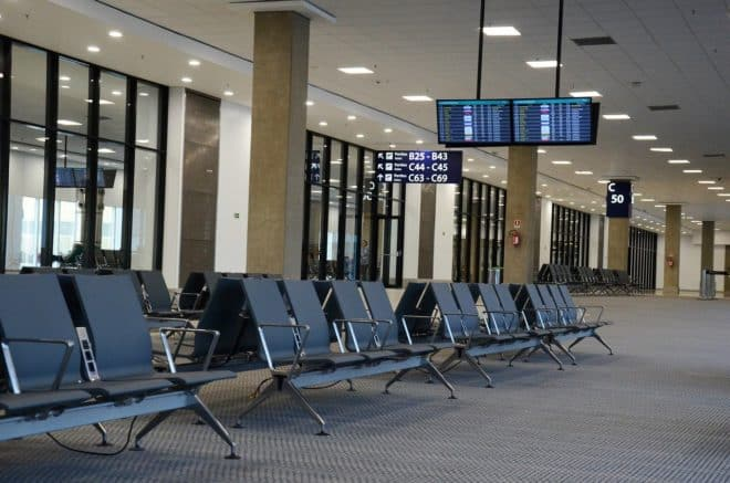 Illustration. Une salle d'embarquement dans un aéroport.