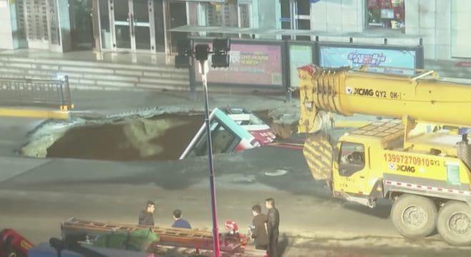 Le bus englouti par un trou dans la route le 13 janvier à Xining.
