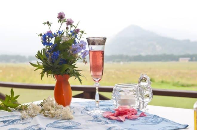 Illustration. Une flute de champagne rosé.