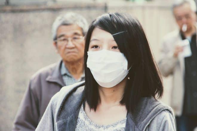 Illustration. Une femme portant un masque de protection.