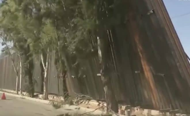 Le pan de mur chahuté par le vent à la frontière entre Etats-Unis et Mexique (Janvier 2020)