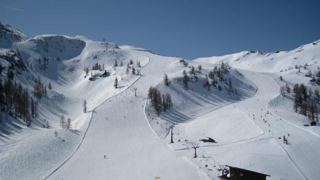 Illustration. Des pistes dans une station de ski.
