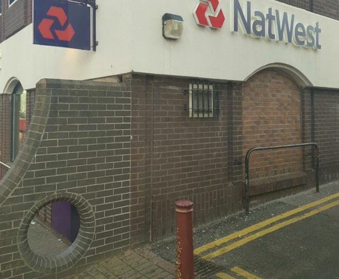 Le trou dans le mur d'une banque à Ilkeston (Angleterre)