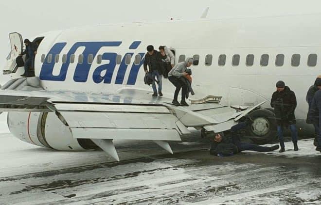 Les passagers évacués du Boeing 737 d'Utair à Oussinsk (Russie) le 9 février 2020.