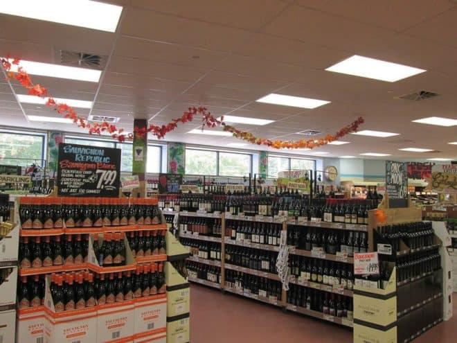 Illustration. Des rayons d'alcool dans une épicerie.