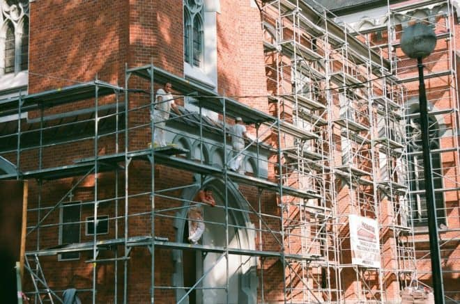 Illustration. Des ouvriers du bâtiment.
