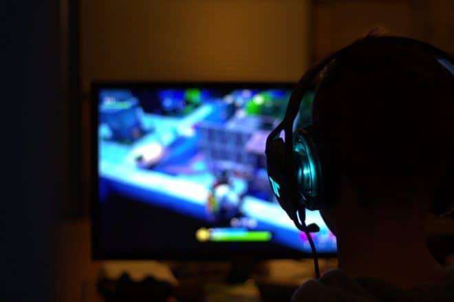 Illustration. Un joueur sur sa console.