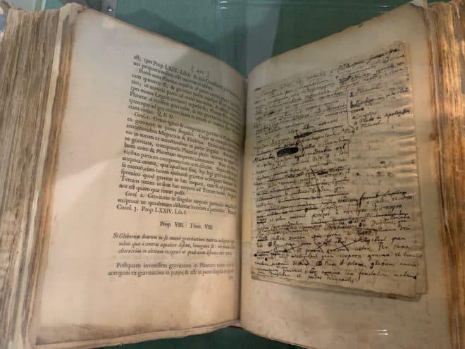 """Un exemplaire en latin de """"Philosophiae naturalis principia mathematica"""" d'Isaac Newton."""