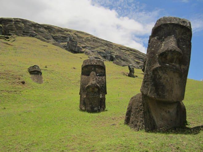 Des statues moaï sur l'Île de Pâques (Chili)
