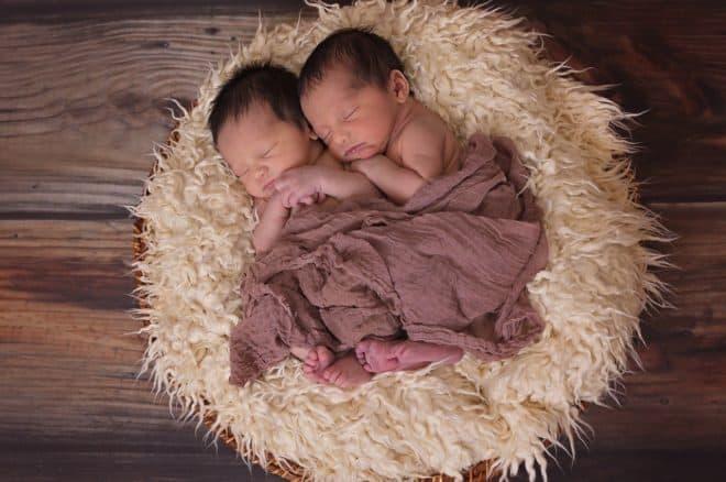 Des bébés jumeaux garçons. Image d'illustration.