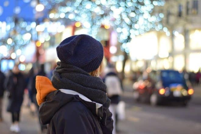 Photo d'illustration. Une femme dans la rue.