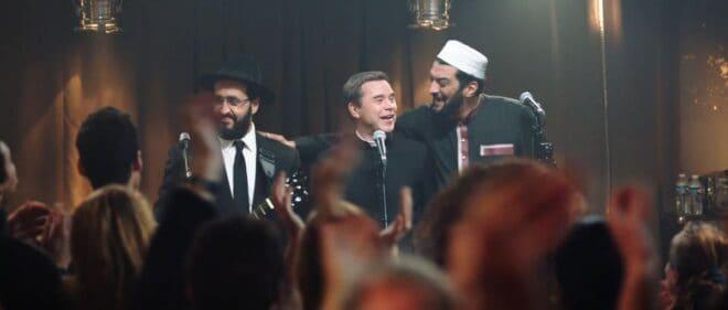"""Jonathan Cohen, Guillaume de Tonquédec et Ramzy Bedia dans """"CoeXister"""" (2017)."""