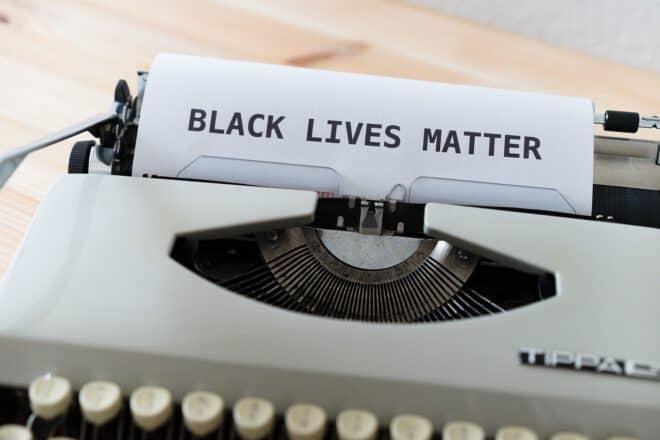 "Le nom du mouvement ""Black Lives Matter"". Image d'illustration."